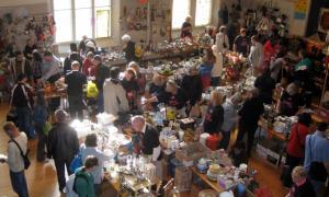 Vaade Vana-Andrese kiriku ülemisse saali XX Hiigelbasaari müügipäeval, kui kunded valivad endale parimaid ostusid terve Toronto linna peal.  Foto ja tekst: Maaja Matsoo - pics/2009/06/24033_1_t.jpg