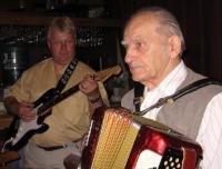 Muusikud Lembit Vohnja kitarril ja Voldemar Palo akordionil pidutuju loomas.  Foto: E. Purje     - pics/2009/06/24119_1_t.jpg