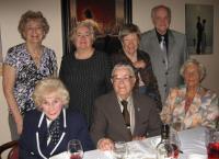 Lõbus laudkond Harjumaa-Tallinn Koondise perekondlikult koosviibimiselt.  Istuvad vasakult: Evy Reinoja, John Reinoja, Elga Niglas. Seisavad: Ingrid Tooming, Külliki Tamm, Ika Leis, Aadu Tooming.  Foto: E. Purje - pics/2009/06/24119_2_t.jpg