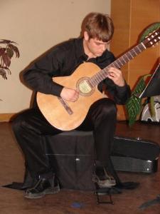 Sven Simm esitas klassikalisel kitarril sobivaid muusikalisi vahepalasid.  Foto: E. Sepp     - pics/2009/06/24203_2_t.jpg