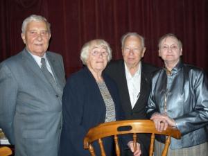 Pildil on juunikuu sünnipäevalapsed kokkutulekul, kus mälestasime ka küüditamise ohvreid. Vas.: Raffi Moks, Erna Tigane, Ülo Sipsaka ja Helgi Seim.  Foto: Y.-M. Saar - pics/2009/06/24207_1_t.jpg