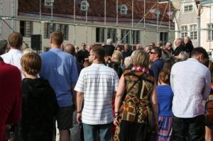 Raekoja platsi laval laulis sinna kogunenud rahvale Toronto Eesti Meeskoor ja hiljem esines ansambel Modern Fox Mart Sanderi juhtimisel. - pics/2009/07/24311_31_t.jpg