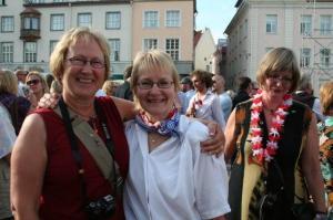 Platsil sai kokku palju vanu sõpru, k.a. hulganisti ameerika-eesti noori ja fotole jäänud Evi Jaamul Watt Whitehorse Yukonist (vasakul) ja Ester Kapp Kivi Torontost. - pics/2009/07/24311_34_t.jpg