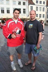 Eestlaste sõber Dave Lovell (vasakul) peab tihti DJ ametit Toronto eestlaste üritustel. Ta oli Kanadast lausa kaasa toonud Tim Hortonsi kohvi (!) ja terve kamba Toronto FC jalgpallimeeskonna rüüs fänne. Paremal on välisministeeriumis töötav torontolane Märt Matsoo. - pics/2009/07/24311_35_t.jpg