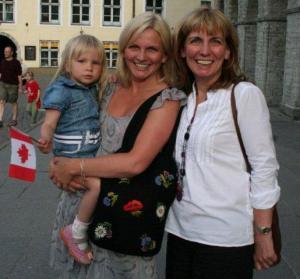 Kanada päeval said Raekoja platsil kokku nii külalised Kanadast, kui ka palju neid eestlasi, kes kunagi Kanadas elanud. Vast mäletavad torontolased EV konsulaadis töötanud Helje Evertit (paremal) ja tema tütart Helenat. Pere elab nüüd ammu taas Eestis, ning Helena on kahe tütre ema. Fotol lehvitab noorem tütar Liisbet Kanada lippu. - pics/2009/07/24311_38_t.jpg