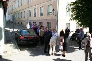 Külalised ootavad võimalust kätelda Kanada suursaadiku ja tema abikaasaga Kanada saatkonna esinduse ees Toompeal. - pics/2009/07/24311_6_t.jpg