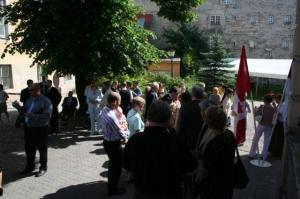 Rahvas koguneb Kanada saatkonna esinduse hoovi. - pics/2009/07/24311_7_t.jpg