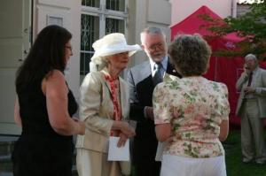 Saatkonna esinduse juhataja Marina Asari, suursaadiku proua Elizabeth Heatherington ja suursaadik Scott Heatherington tervitavad endist ameerika-eestlast Ilvi Jõe-Cannonit. - pics/2009/07/24311_8_t.jpg