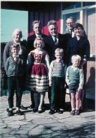 Hillar Tork..Perekond Tork Uus-Meremaal Aucklandis, vist aastal 1965, just enne Kanadasse tulekut. Esimene rida vasakult paremale: Hillar, Viive, Lembit, Aarne.Tagumine rida vasakult paremale: vanaema Maria, onu Ilmar, vanaisa Juhan,isa Andres ja ema Inge.    - pics/2009/07/24402_3_t.jpg