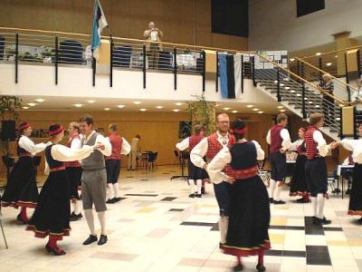 Koidupuna tantsib näituste avamisel - pics/2009/07/24440_3_t.jpg