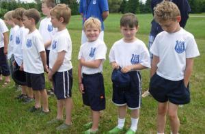 Suvekodu nooremad kasvandikud, väikeste poiste tarest ootavad suvekodu avamise viimaseid lauseid, et saaks kohe toredate tegevustega pihta hakata.  Foto: Jaak Järve - pics/2009/07/24515_3_t.jpg