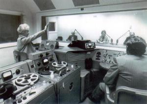 Vana stuudio - aastast 1976. Rezhisöör Asta Türner-Rice; stuudios vasakult  paremale Evald Roosaare; Ive Patrason-Leesment; Voldemar Veedam. VOA foto - pics/2009/08/24929_1_t.jpg