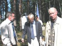 Ivan Tarakanov Moskvast (vasakul), Peeter Luksep Stockholmist ja kohalik kodu-uurija Anton Solames - kõikide juured ulatuvad siia kanti. - pics/2009/08/24981_1_t.jpg