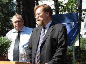 Kõneleb EV suursaadik Simmu Tiik, teda kuulab Andreapoli administratsiooni juhataja Nikolai Barannik. - pics/2009/08/24981_4_t.jpg