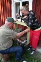 Kaasiku talu Vello ja tütretütre Piibe ühisel jõul valmisid Saaremaal augusti viimasel nädalal tänavused esimesed õunamahlaliitrid. Vanaisa põlve juures on näha mahlapressi tilast välja nirisevat karastust. Foto: Riina Kindlam  - pics/2009/08/24999_1_t.jpg