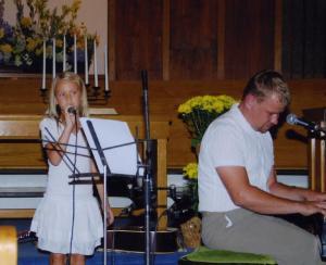 Hanna ja Timo Lige esinemas.   Foto: I. Lillevars          - pics/2009/08/25018_3_t.jpg