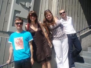 (Vas.) Marek Talts, Liisi Koikson, Maarja Soomre ja Teet Kaur ühel suvisel septembri alguse päeval Tartu College'i ees. Foto: K. Tensuda - pics/2009/09/25166_1_t.jpg