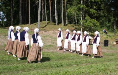 Rõngu nais-rahvatantsurühm avatseremoonial esinemas      - pics/2009/09/25189_4_t.jpg