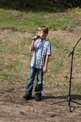 Tubli noormuusik Joonas-Hendrik Mägi esinemas kaunite lauludega tänukivi avatseremoonial      - pics/2009/09/25189_5_t.jpg