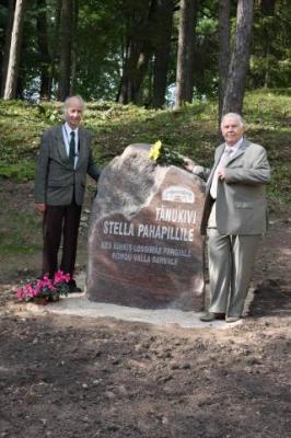 Stella vend Gunnar Kiivet (vas) ja abikaasa Johannes Pahapill tänukivi juures peale avatseremooniat  - pics/2009/09/25189_8_t.jpg