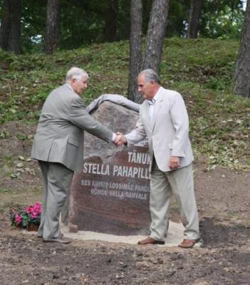 Rõngu Vallavolikogu esimees Hermann Kalju ja Johannes Pahapill tänukivi avamise lõpul  - pics/2009/09/25189_9_t.jpg