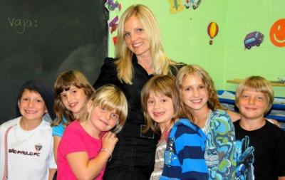 Täiendusalgkooli abijuhataja Silvi Jaason II klassi lastega. Foto: P.  Põldre   - pics/2009/09/25263_1_t.jpg