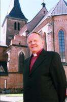 Peapiiskop Andres Taul, Tartu ülikooli koguduse üks taastajatest, Tartu  Jaani kiriku ees. Arhiivifoto - pics/2009/09/25269_1_t.jpg