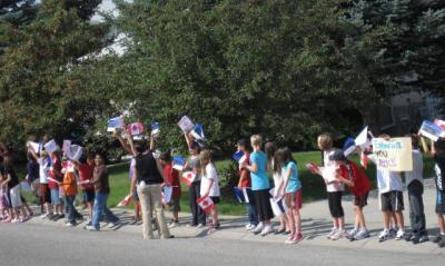 Father Doucet kool korraldas tänava-äärse vastuvõtu mööduvale eestlaste  bussile.     - pics/2009/09/25337_1_t.jpg