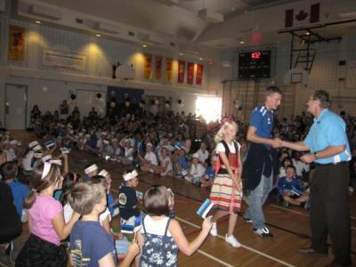 Our Lady of Peace kool korraldas eestlaste auks oma võimlas aktuse. - pics/2009/09/25337_2_t.jpg