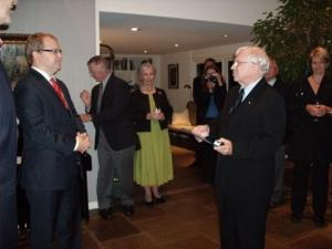 Eesti välisminister Urmas Paet (vas.) andis Vello Edermale üle  Kaitseministeeriumi Kuldrinnamärgi. - pics/2009/09/25361_1_t.jpg