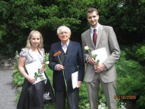 Erich Rannu oma stipendiaatidega Fotol: (vas.) Vivika Halapuu, Erich Rannu ja Joel Kukemelk.    - pics/2009/09/25409_1.jpg