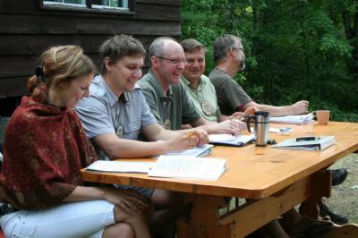 Laudkonnavestlus MÜ'09. Vas.: Inger Lilles, Hannes Klaas, Peeter Einola, Jaak Prozes ja Mihkel Tombak. Foto: T. Mölder - pics/2009/10/25527_1_t.jpg