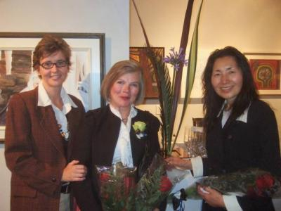 Vas.: Prantsuse suursaadiku abikaasa Sophie L¹Helias, Ülle Baum ja ikebanakunstnik Yumiko Tsunakawa. Foto: Doug Baum - pics/2009/10/25544_2_t.jpg