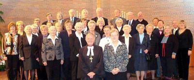 Peetri koguduse ametisseõnnistatud uus nõukogu. Ees: õp Andres Taul ja nõukogu esinaine Naani Holsmer.   Foto: Kathy Põldre - pics/2009/10/25687_1_t.jpg