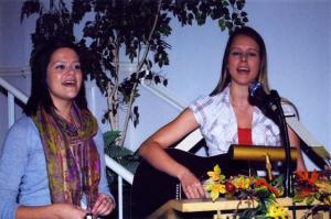 Lisa (vas.) ja Krista Paivel.  Foto: I. Lillevars - pics/2009/10/25688_1_t.jpg