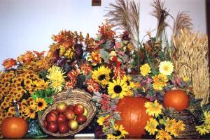 Kirikuliste pilku püüdis kaunis lõikuspüha dekoratsioon.  Foto: I. Lillevars - pics/2009/10/25688_2_t.jpg
