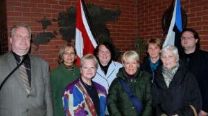 Osa inglise keele klassist, esireas vasakul õpetaja Katrin Kütti-Otsa. Foto:  Peeter Põldre - pics/2009/10/25694_1_t.jpg