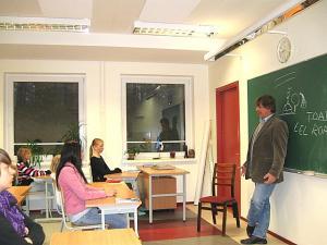 Viido Polikarpus Osula põhikoolis tundi andmas. Foto: Age Kala.   - pics/2009/10/25787_1_t.jpg