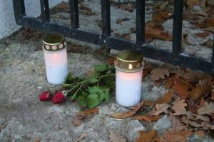 Enam pole külastaval perel mujale oma kalmuküünlaid ja roosi asetada, kui just kabel-kellatorni jalamile, väljapandud hauakivileidude juurde.  - pics/2009/11/25866_16_t.jpg