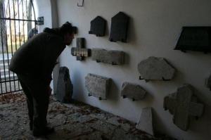 Väravatornis on välja pandud korrastustööde käigus leitud hauatähiste tükke. - pics/2009/11/25866_17_t.jpg