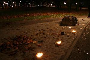 Need küünlad põlesid hingedepäeva õhtul pealtnäha olematul Kalamaja kalmistul. Siin asus aga 15. sajandist kuni selle täieliku maatasa tegemiseni Nõukogude võimude poolt 1964. aastal Tallinna vanim teadaolev eestlaste kalmistu. Siin puhkavad nii Pühavaimu kui Rootsi-Mihkli kirikute kunagised koguduseliikmed, baltisakslasi ja ka tuhandeid rootsi sõjaväelasi. Kopli (Niguliste ja Oleviste kirikute) ja Mõigu (Toomkiriku) sajandeid vanu kalmistud hävitati samamoodi juba 1950ndatel aastatel. Fotol on näha maakivi kunagist raudristi alust ja taamal Tööstuse tänava tulesid. - pics/2009/11/25866_1_t.jpg