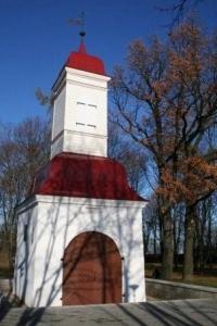 Imekombel jätsid võõrvõimud püsti Kalamaja kalmistu 1780. aastat pärit väravatorni. Selle sees on nüüd eksponeeritud korrastustööde käigus leitud hauatähiste tükke. Suvel loodetavasti hakkab tööle ka seal paiknev arvutistend mitmekeelse ajalooseletusega. - pics/2009/11/25866_2_t.jpg