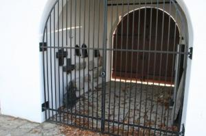 Väravatornis väljapandud hauakivi tükid. - pics/2009/11/25866_6_t.jpg