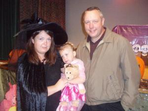 David Hogg koos abikaasa Heili ja noorema tütre Teijaga Toronto eesti lasteaia mardipeol.  - pics/2009/11/25877_1_t.jpg