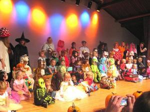 TES Lasteaia Mardikarnevalil esinesid lapsed kostüümides laval. Foto: M.Kiik     - pics/2009/11/25884_1_t.jpg