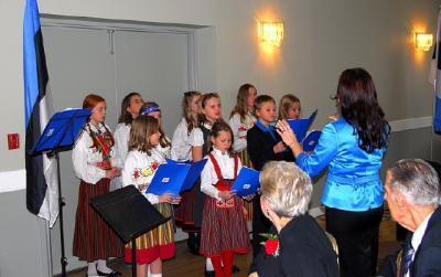 Toronto Eesti koolinoored Heli Tenno juhatusel klaveril Kaire Hartley - pics/2009/11/26037_6_t.jpg