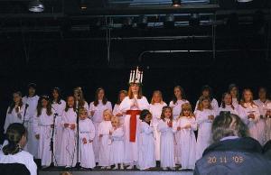 Lucia oma saatjatega jõululaule esitamas.   - pics/2009/11/26224_1_t.jpg