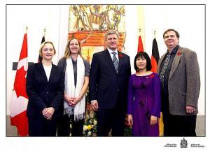 Vas. Alide Forstmanis, Carolyn Foster, peaminister Stephen Harper, Christine Chi-Dang  ja Gerry Kokodyniak Berliini müüri tüki ees.  Foto: Peaministri Kantseleist - pics/2009/12/26329_1_t.jpg