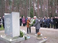 Soomepoiste pärg relvavendadele Metsakalmistul.  - pics/2009/12/26344_3_t.jpg