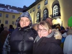 Jaan ja külasolev õde Leikki Vabariigi aastapäeva varahommikul Toompea lossi hoovis lipuheiskamisel. - pics/2009/12/26422_12_t.jpg